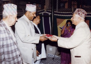 २०५६ सालको मदन पुरस्कारद्वारा सम्मानित 'अतिरिक्त अभिलेख'का स्रस्टा श्री दिनेश अधिकारी
